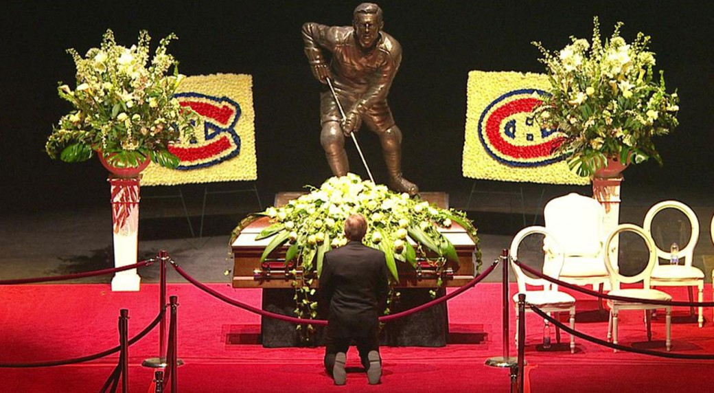 Guy Lafleur kneels before the casket of Jean Beliveau. (@Pandaramaaa)