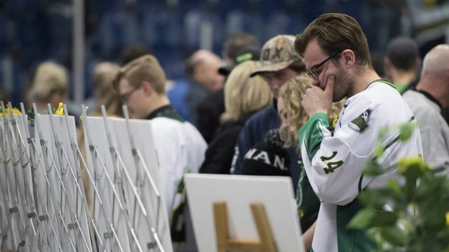 Mourners-attend-a-vigil-at-the-Elgar-Petersen-Arena,-home-of-the-Humboldt-Broncos,-to-honour-the-victims-of-a-fatal-bus-accident-in-Humboldt,-Sask.-on-Sunday,-April-8,-2018.-(Jonathan-Hayward/CP)