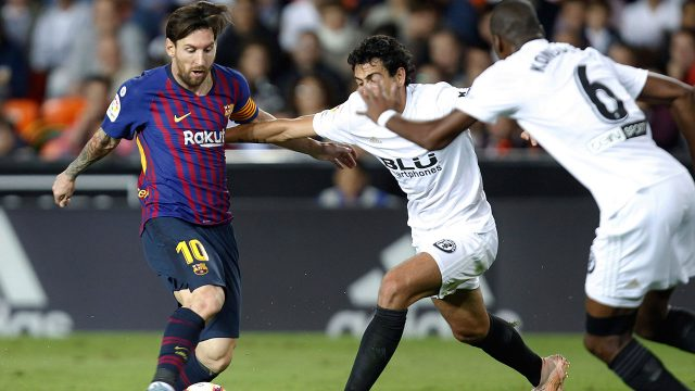 lionel_messi_duels_for_the_ball_with_daniel_parejo