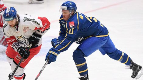 team-sweden-Joakim-Nygard-reaches-for-puck