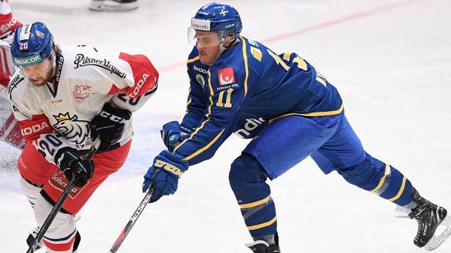 team-sweden-Joakim-Nygard-reaches-for-puck